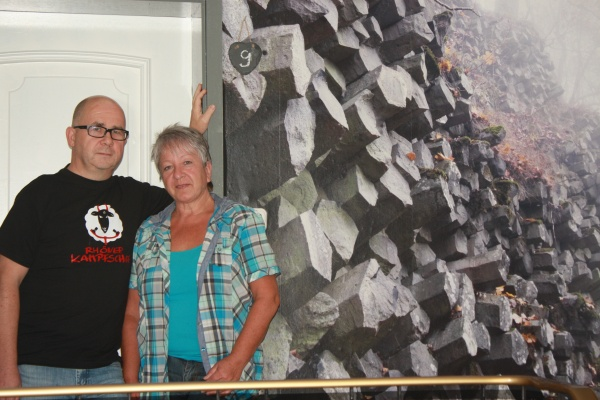Nicht etwa vor der Prismen-Wand am Gangolfsberg ist diese Aufnahme entstanden, sondern vor der Foto-Tapete im Treppenhaus der Pension von Kurt und Silvia Mihm im Tanner Stadtteil Schlitzenhausen.  / Fotos: Limpert