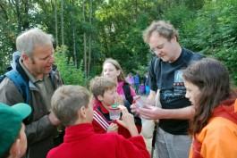 Natur pur: Bei einer Exkursion zu den Rhöner Quellen sammelten die Teilnehmer des RhönSprudel Biosphären-Camps am Wegrand Kleintiere ein und ließen sie von Ranger Arnold Will (links) und Quellen-Experte Stefan Zaenker (rechts) bestimmen.