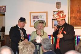 Axel Elm (rechts) führte in die Gepflogenheiten der Fuldaer Fastnacht ein. Die Bürgermeisterin der Brunnenzeche  und der Vorsitzende des Türkenbundes assistierten.