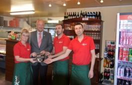 Das Team von der Pizzeria MARO mit dem Bürgermeister. v.l.: Maria Rau, Manfred Helfrich, Hussein Yasir und dessen Bruder