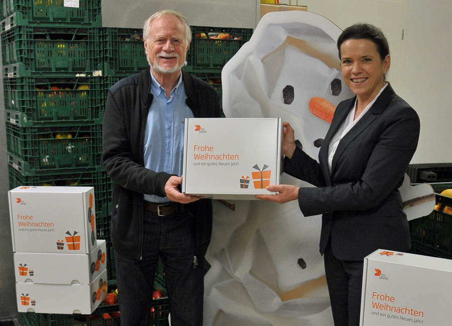 """Heinz Steege, 1. Vorsitzender der Fuldaer Tafel, freute sich über die 300 weihnachtlich bedruckten Verpackungen für die Aktion """"Kinder beschenken Kinder"""", die Anja Röhrle, Marketingleiterin bei DS Smith, überreichte."""