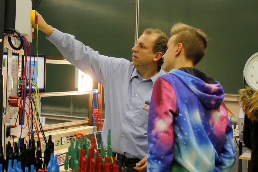 Schneider mit Schüler
