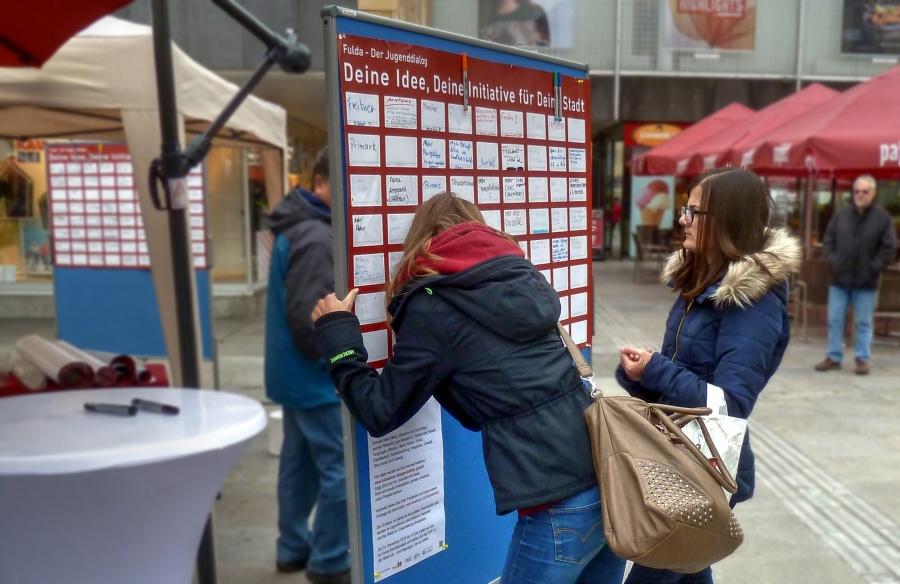 Jugendbeteiligung - Schülerinnen mit Ideen an IdeenPlakatWand