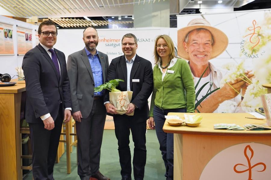 tegut... übergibt Kultursaat 15.000 Euro auf der Biofach 2016