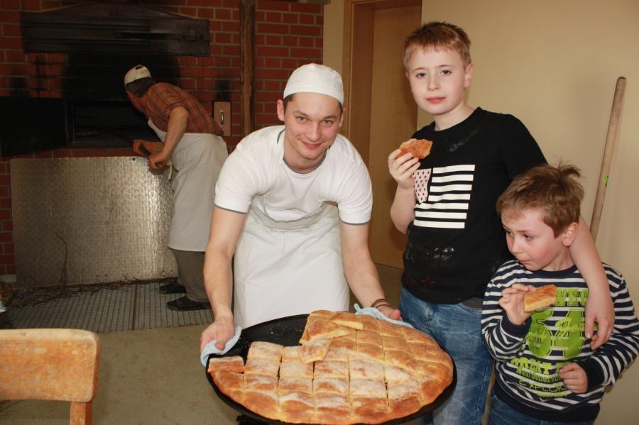 """Einfachen Zuckerkuchen wird es beim Museumsfest zwar nicht geben, aber für Kilian Kirchner sowie Lukas und Elias Hahner (von links) gehörte das Rhöner Backwerk beim """"Probebacken"""" trotzdem dazu."""