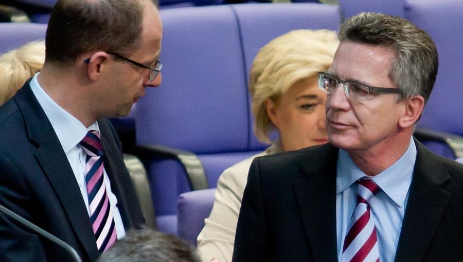 BPOL HÜN_Bundesinnenminister Thomas de Maiziere im Gespräch mit Fuldas Wahlkreisabgeordnetem Michael Brand im Berliner Plenarsaal